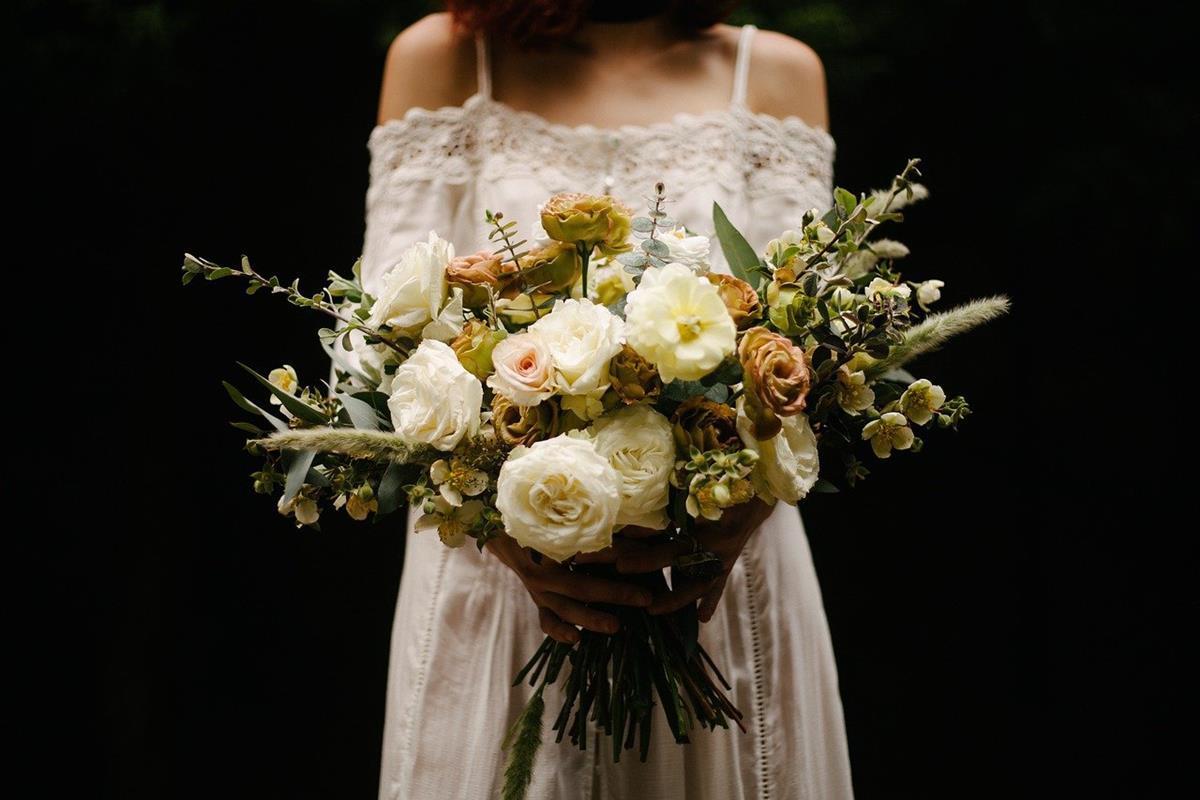 Dobrze dobrana fryzura gwarantuje elegancki wygląd na weselu