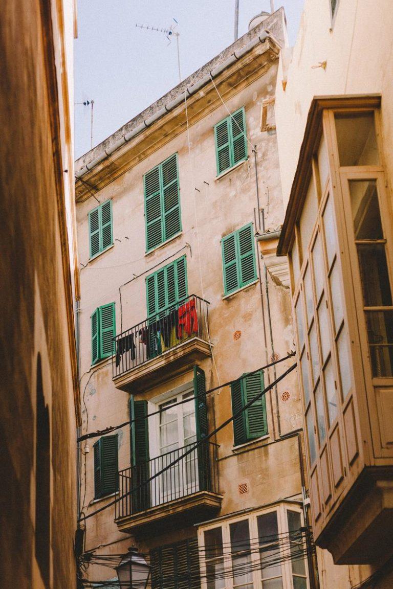 Osłony do ochrony przestrzeni balkonu
